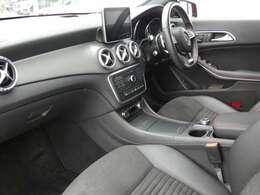 ブラックを基調とした車内にブラッシュドアルミニウムインテリアトリムを組み合わせる事でスタイリッシュな印象を与えるインテリアデザインとなっております!メルセデス特有の上質な空間でお過ごし頂けます!
