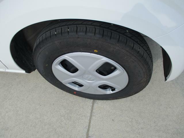 純正13インチフルホイールキャップには普通タイヤをはいてます。