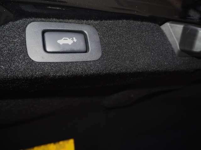 メーカーオプション★パワートランクリッド・・ラゲージルームをスイッチ操作で開閉できます。  OP価格約5.5万