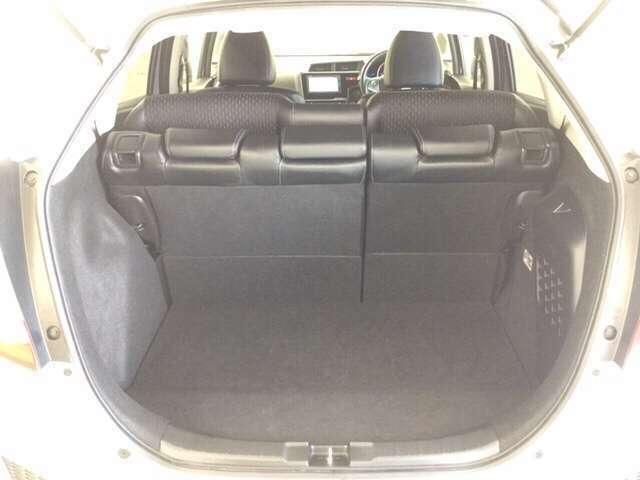 5人乗っても大容量の荷室で荷物をしっかり積み込めます。