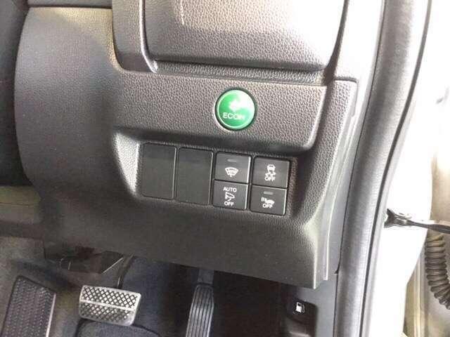 緑色の ECON スイッチを押すと省エネ運転をアシストしてくれます。 そして フロントガラス熱線  オートリトラミラー VSA 【車両挙動安定化制御システム】 車両接近通報装置 のスイッチ類です。