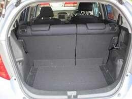 リヤラッゲージスペースです。後部座席の背もたれは6:4に可倒します。お荷物の大きさにに応じてご利用ください。