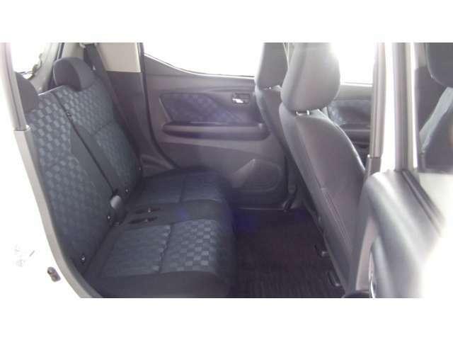後席のシートも広々していて、ゆったりと座れます。