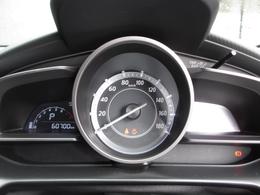 ドライバーの正面に単眼大型メーターを配置し、優れた視認性と走りへの期待を高めるデザインを両立しています。