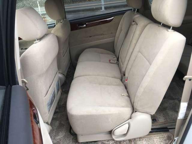 リヤシートは前後にかなり動きますので3列シートを使わない時は膝伸ばせます