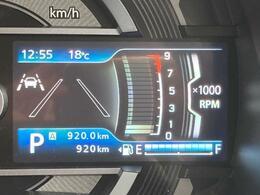 走行距離は920km。メーター内のインフォメーションディスプレイは燃費計やシフトの位置などの様々な情報を提供いたします。