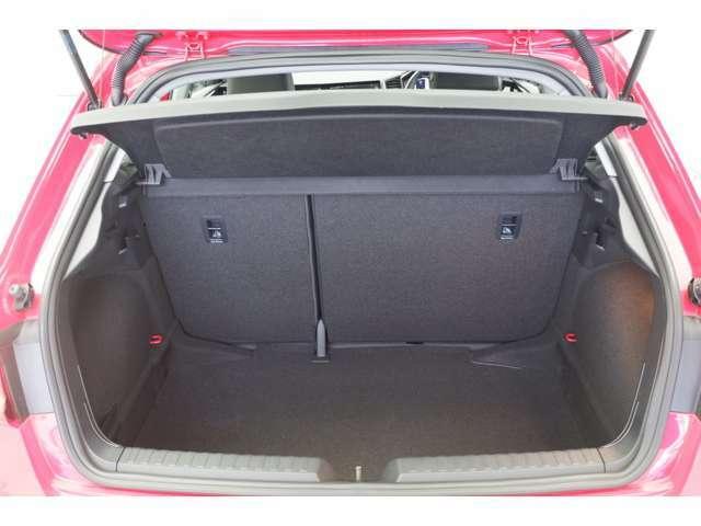 現行モデルは全長およびホイールベースの拡大により、余裕ある後席スペースと広いラゲッジルルームを確保しております。