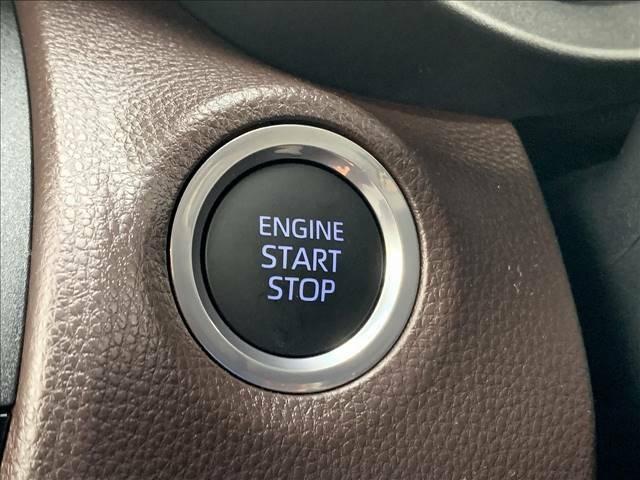 スマートキーは、ブレーキを踏んでPOWERボタンを押すだけでエンジンが始動。またキーを出す必要がないので、荷物が多い時や雨の日に鍵をシリンダーに差し込む手間がいりません。ドアハンドルでも施錠解錠が可能