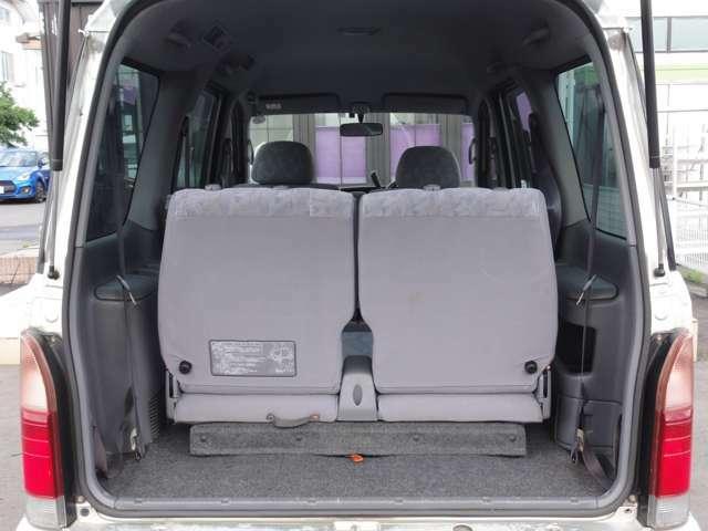 トランクを開けると特徴の3列目シートがあります