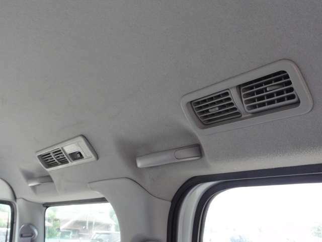 リアにもエアコン吹き出し口がありますので後部座席の人も快適です