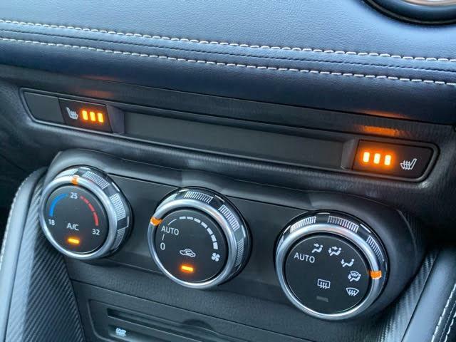 ダイヤルで操作するタイプのオートエアコン☆フロントシートにはシートヒーターが装着されています☆