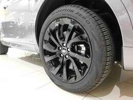 メーカーオプションの20インチ10スポーク 【スタイル5089・グロスブラックフィニッシュ】 を装備しています。タイヤサイズは235/50R20です。