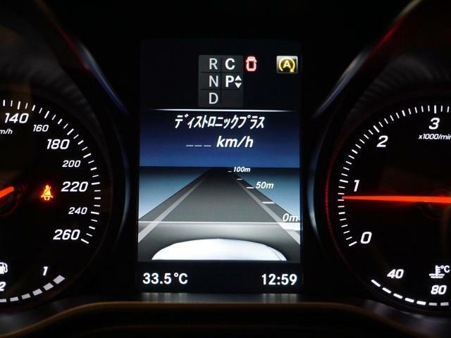 2種類のレーダーとセンサーにより前を走る車を認識し、速度に応じた適切な車間距離を維持するディストロニックプラスは、渋滞時や高速走行時の利便性とドライバーの疲労の軽減にも貢献します。
