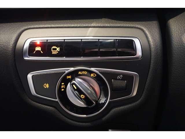 レーンキーピングアシスト搭載。ドライバーの疲労や不注意による走行車線の逸脱をカメラが検知するとハンドルを振動させてドライバーに警告します。