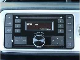 【オーディオ】純正CDチューナーが付いています。AUX端子やUSB端子が付いています。