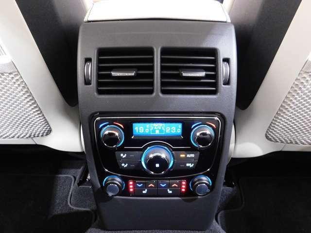 メーカーオプション【4ゾーンエアコン】と【リヤシートヒーター】を備えており、後席に座る大切なゲストにもご満足いただける快適装備です。