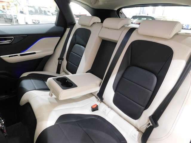 後席は頭上空間も足元空間もゆったりとしており、低い外観から受ける印象とは全く予想外の、高い居住性を持っています。