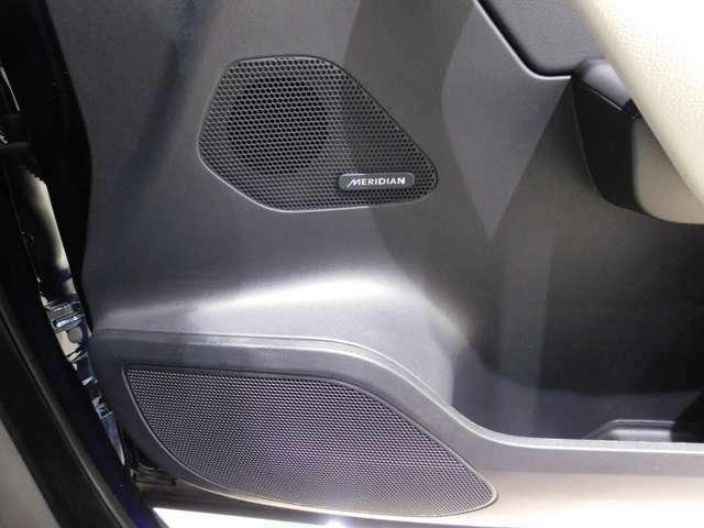 英国の高級オーディオブランド【MERIDIAN】サウンドシステムを標準装備しています。380Wのパワーアンプで11基のスピーカーを駆動し、自然でまろやかな音響空間を生み出します。