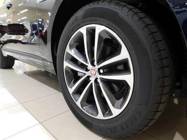 【R-Sport】に標準仕様の19インチ5スプリットスポーク【スタイル5038】を装備しています。 タイヤサイズは255/55R19です。
