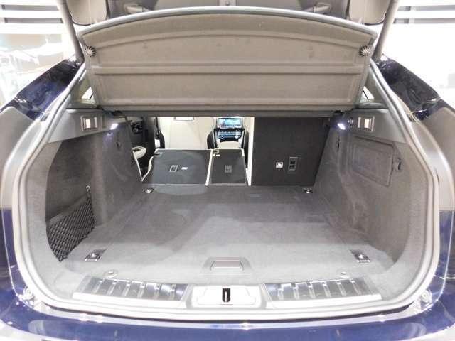 トランク容量は通常650リットル、4:2:4分割可倒リヤシートを倒せば最大1740リットルまで拡大します。 【ハンズフリー・テールゲート】をオプション装備しています。