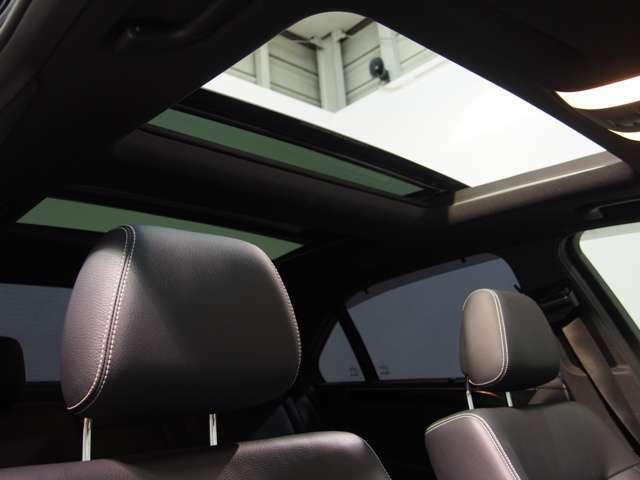 希少人気オプションとなるパノラマガラスサンルーフを装備しております。上から多くの光を取り込み、車内の雰囲気を明るく致します。