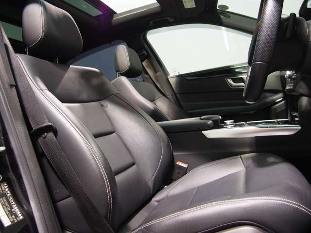 高級感ある本革シート。メルセデスのシートはレザーでもクッション性が非常に高く、快適な乗り心地をオーナー様にご提供いたします。