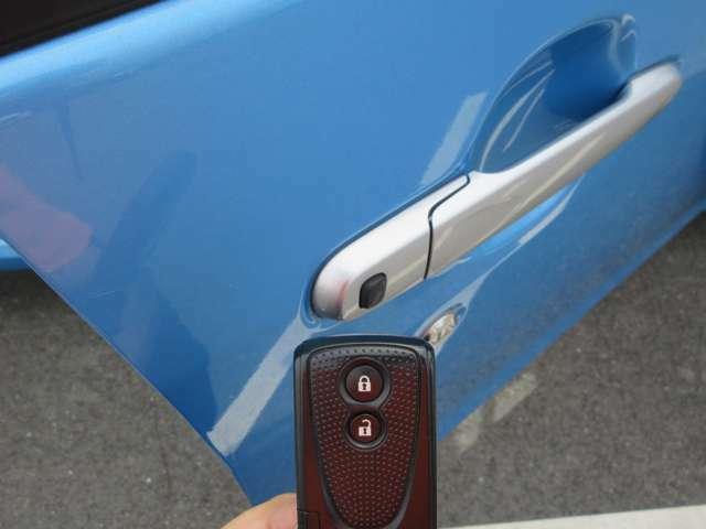 【スマートキー】スマートキーなので車の近くに鍵があれば、鍵を取りださなくても、ドアのスイッチを押すだけで、ドアの施錠が出来ます♪