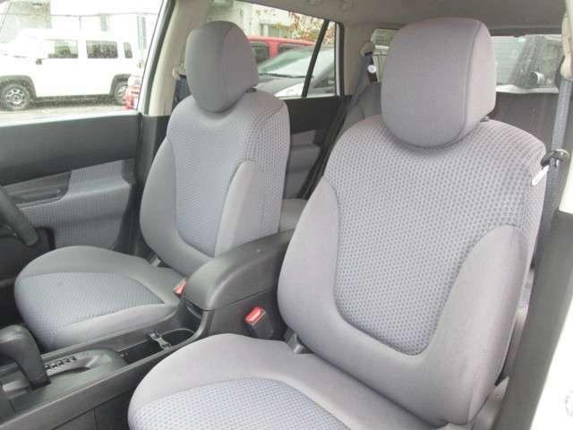 ロングドライブで座っていても疲れない機能的なシート。アームレスト付き。