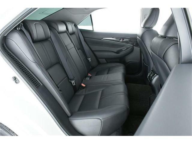 ゆったっりと広い後部座席は使用感も少なくキレイな状態です♪