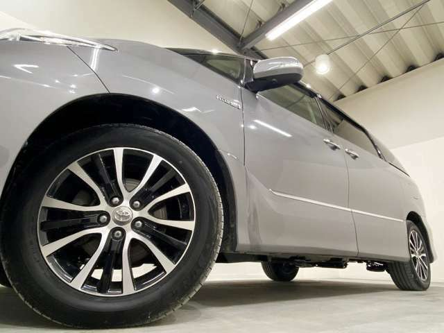 ホイルは17インチホイルになります。タイヤは夏冬セットでお付けしますので、余計な出費もかさまず安心です。タイヤサイズ215-60-17。