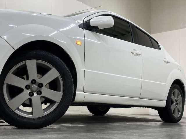 ホイルは社外16インチアルミホイルになります。タイヤは夏冬セットでお付けしますので、余計な出費もかさまず安心です。タイヤサイズ205-55-16。