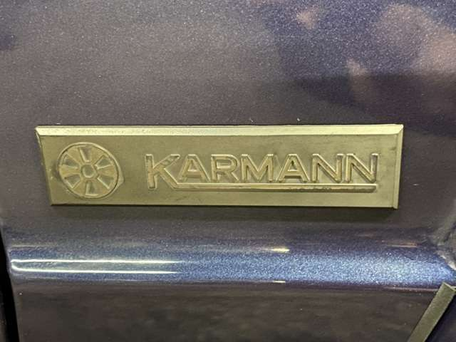 幌や開閉機構の製作を担当したのはタイプ1カブリオ以来の関係を持つドイツの老舗コーチビルダー「カルマン社」!Fフェンダー左右にエンブレム◎カルマンはオープンカー製造のスペシャリストとして歴史的にも有名!