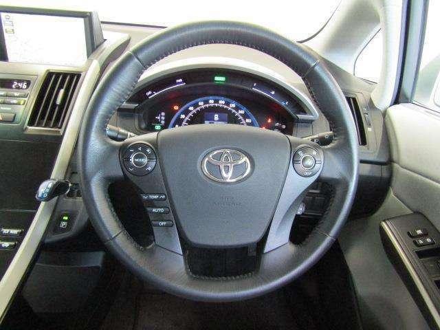 ハンドルから手を外さずにエアコン・オーディオ・クルーズコントロール操作ができます。安全運転にも寄与した便利な装備です。