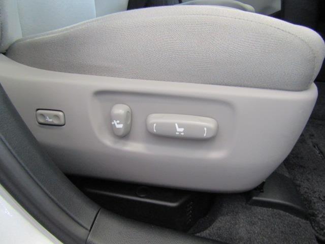 運転席はパワーシートを装備しております。体重を抜いてヨイショ・・・!!なんて煩わしさから解消されますのでとっても便利です。運転中の操作はお薦めしませんが・・・チョィっと微調整ができますので助かります。
