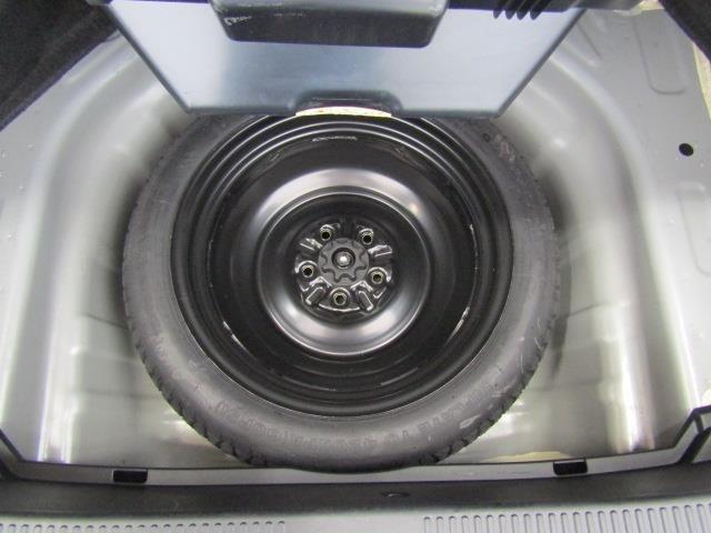 スペアタイヤ、車載工具もしっかり装備しています。