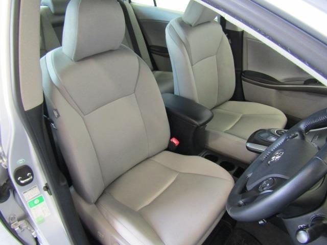 フロントシートは、背もたれから、サイド、肩まで大きく包まれるような心地よさです。ドリンクホルダーや小物入れなど使い勝手の良い位置に配置されています。