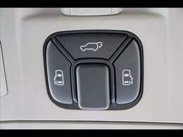 今やミニバンの定番装備の「両側電動スライドドア」を装備しています。パワーバックドアも装備しております★
