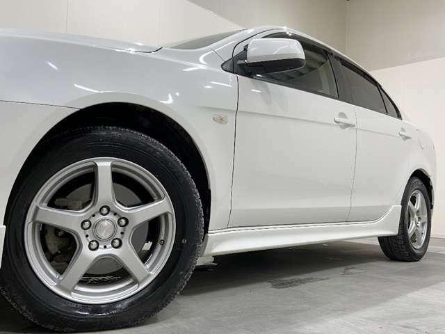 ホイルは社外16インチアルミホイルになります。タイヤは夏冬セットでお付けしますので、余計な出費もかさまず安心です。タイヤサイズ205-60-16。