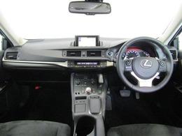 ドライバーが感覚的に操作・確認できるよう気配りされた運転席廻りです。インパネ中央にはナビ画面を配置し、運転中に視点の移動が少なくとても見やすいので、安全運転のお役に立ちますよ!