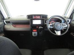 水平に広がるインストルメントパネルは、機能性の高さとワイドな印象を表現するとともに、見晴らしの良さを実現。運転席に配置したメーターは、フードを低く抑えることで視認性を確保しています。