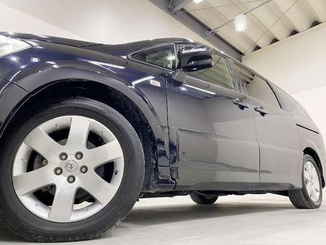 ホイルは17インチアルミホイルになります。タイヤは夏冬セットでお付けしますので、余計な出費もかさまず安心です。タイヤサイズ215-60-17。