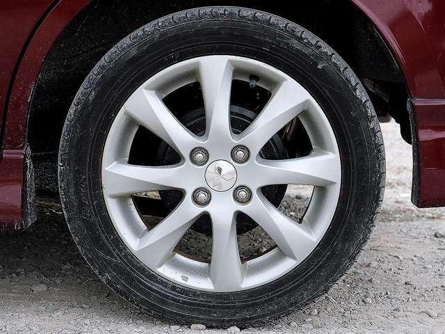 【純正アルミホイール】純正15インチアルミホイールです。タイヤ溝も残っておりますので、安心して乗ることが出来ます。