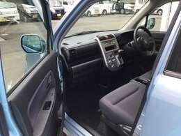 こちらのお車のフロントシートはベンチシートとなっているので助手席側から降りやすいです♪♪
