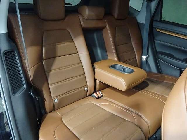 リアシートは3名乗車も可能ですが、2名の時にはセンターの大型のアームレストを使用してゆったりとくつろげるのでとても快適です。
