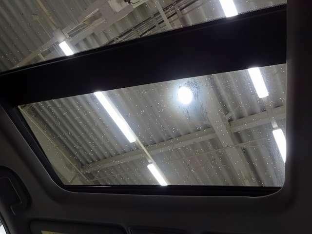 【電動パノラミックサンルーフ】_____スイッチ操作で天井部がスライドし、広大なサンルーフが出現。ガラス部はさらに電動で開閉でき、チルトアップ機構も備えています