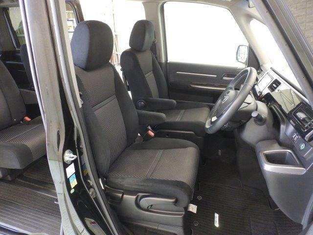 大きなフロントシートでゆったりとドライブ、長距離運転も疲れません♪シートアジャスターも付いているのでお好みでドライビングポジションを選べます。