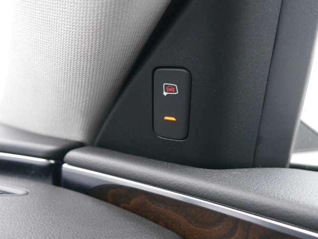 アウディサイドアシスト装備になりますので車両後方に接近する車を検知した際にドアミラー内側の警告灯が点灯致します。