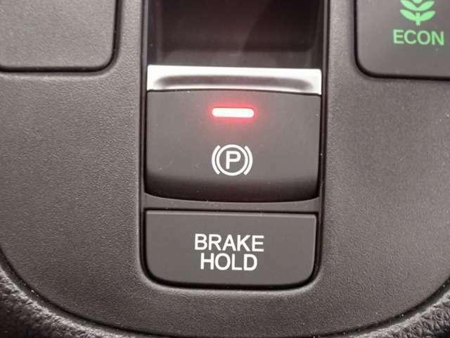 【ブレーキホールド】停車中にブレーキペダルから足を離しても、停車状態とアイドリングストップが続きます。アクセルを踏めば自動解除し、再発進。駐車券を取る時なども安心です。