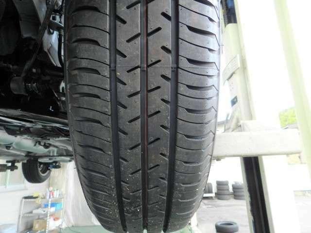 タイヤ溝を撮影した画像となります。新品夏タイヤです。