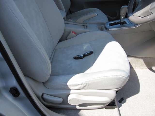 運転席シートリフターで高さを調整できます。